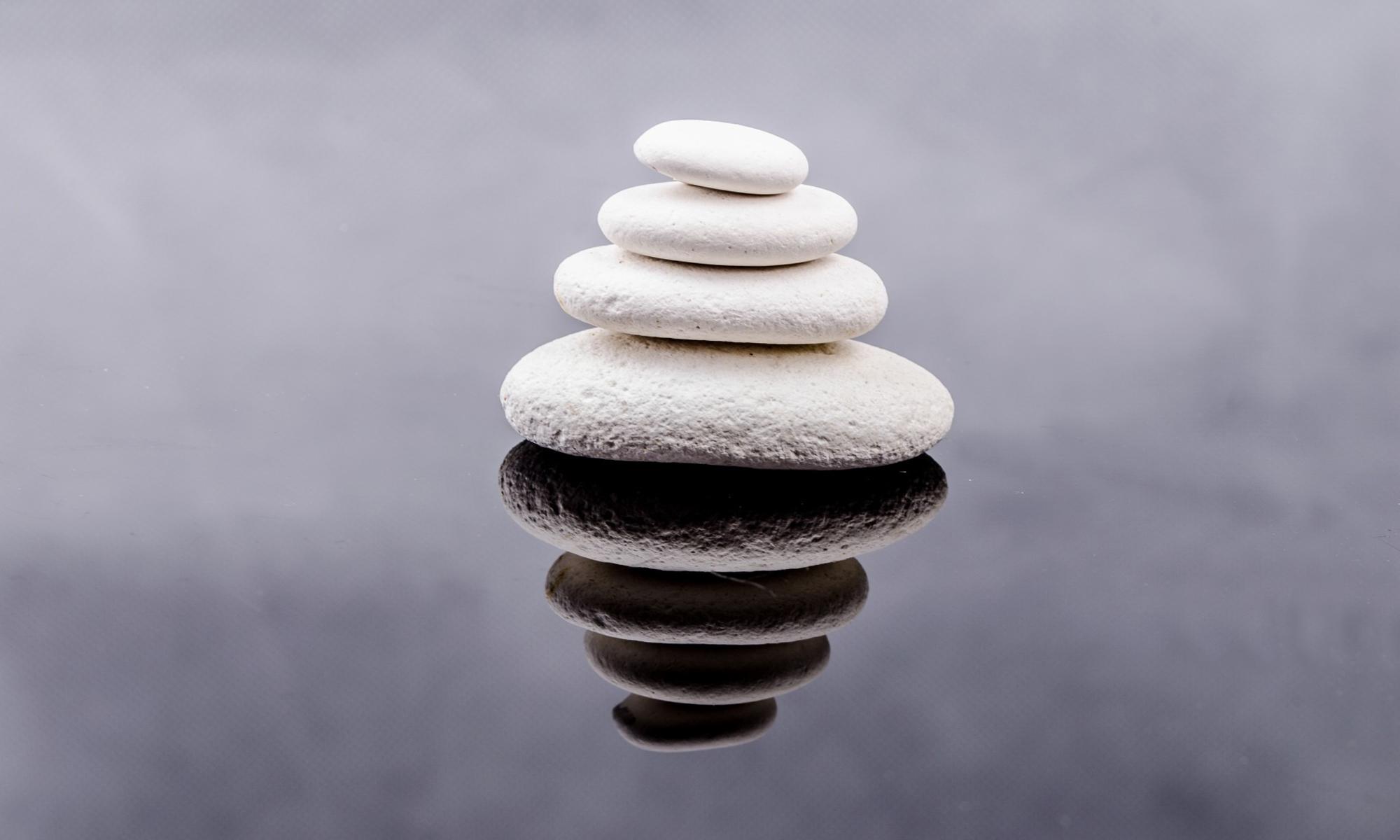 Weiße Steine in Wasser (Zen-Symbolik)