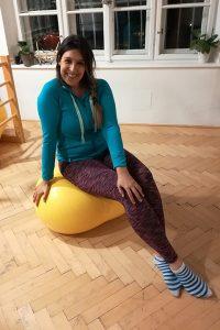Claudia Wille auf Ball sitzend