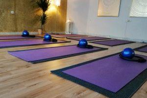 Pilates Studio innen, mit Matten, Ringen und Bällen
