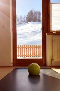 Pilates daheim Balkontür-Ausblick auf Schneehang